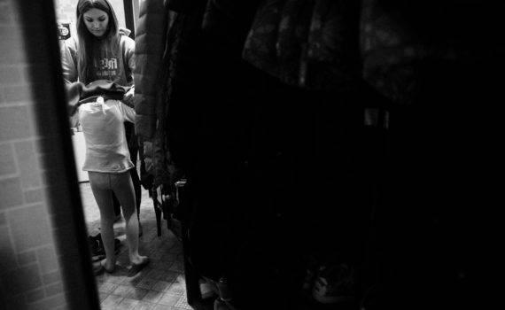 Семейная съемка мамы и дочки дома. Семейный фотограф
