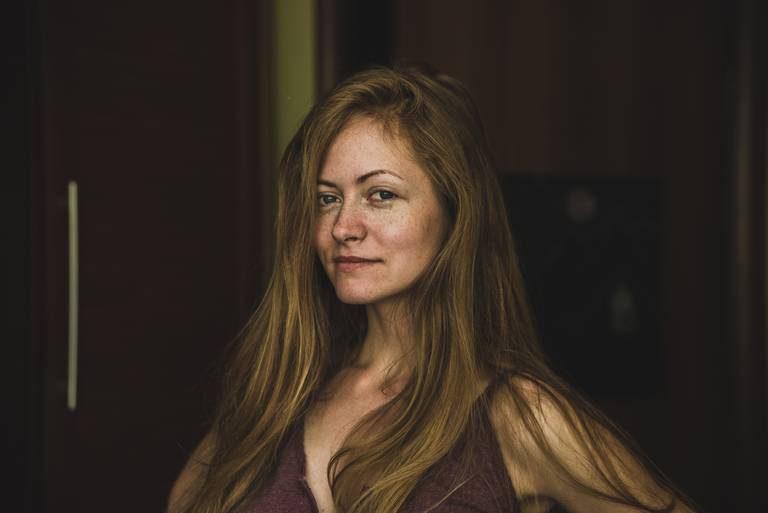 Красивая девушка с веснушками портрет