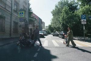 семья переход дорогу