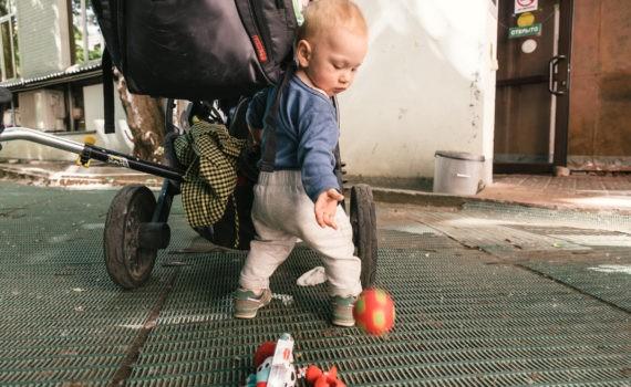 ребёнок и мячик
