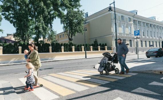 семья переходит через дорогу