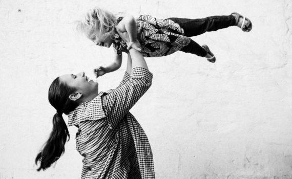 подбрасываем ребёнка