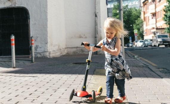 девочка с самокатом переходит дорогу