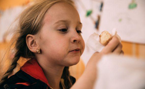 ребенок кушает пончики