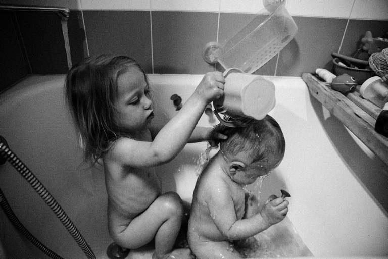 семейная съёмка в ванной с детьми дома