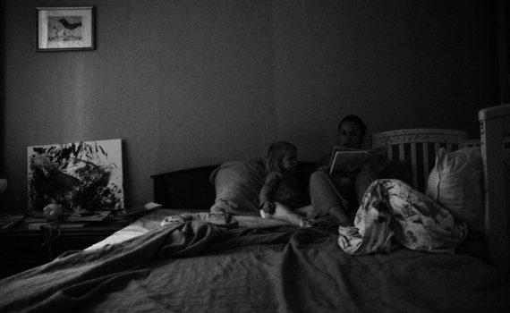 семья, кровать, сказка