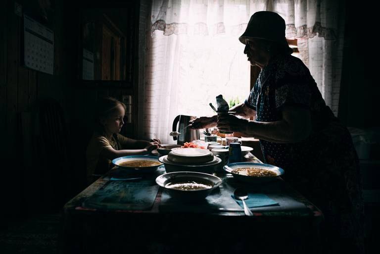 Помочь бабушке выбрать чернушки в гречке