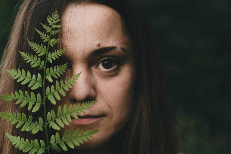 портрет красивой девушки на природе с папоротником