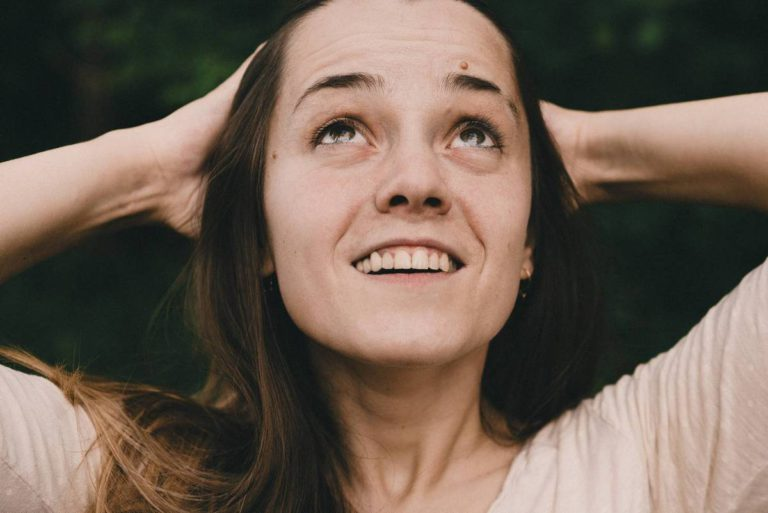 портрет красивой девушки на природе