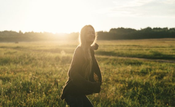 солнце девушка поле лавстори веселая длинные волосы никола ленивец