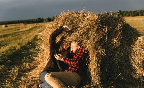 солнце девушка пара стог сена поле лавстори веселая длинные волосы никола ленивец