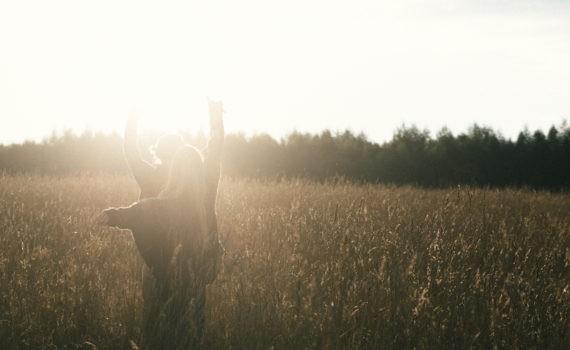 солнце девушка пара поле лавстори веселая длинные волосы никола ленивец