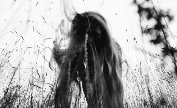 девушка пара поле лавстори веселая длинные волосы никола ленивец
