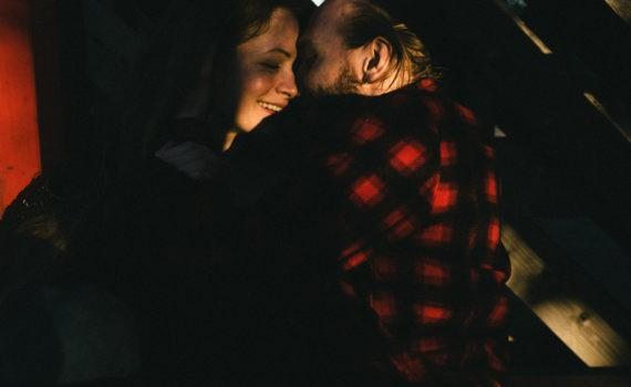 Ротонда девушка пара поле лавстори веселая длинные волосы никола ленивец солнце