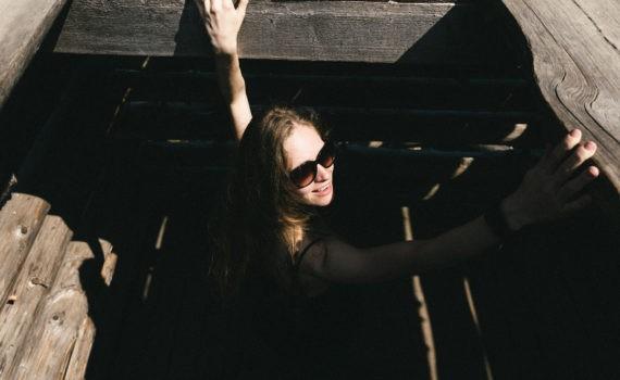 Ленивый зиккурат тарзанка солнце девушка пара поле лавстори веселая длинные волосы никола ленивец
