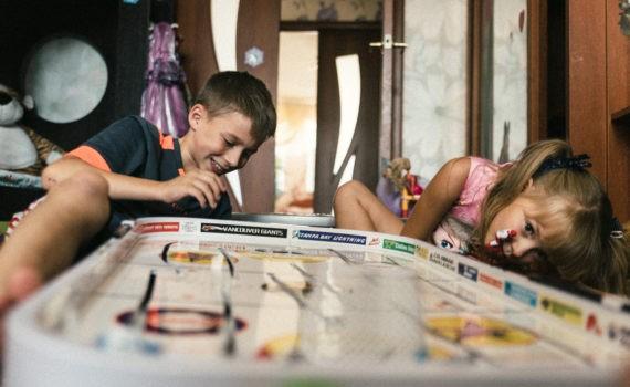 семейная домашная детская живая фотосессия настольный хоккей