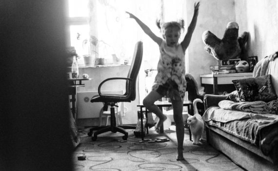 семейная домашная детская живая фотосессия прятки салки
