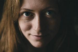 портрет красивой девушки с веснушками