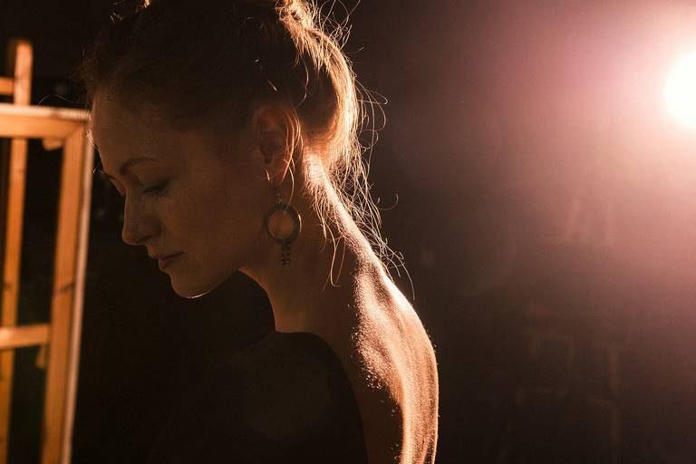 портрет в студии девушки контровой свет