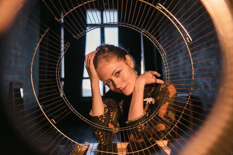 естественный портрет в студии девушки