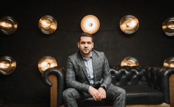 бизнес портрет в студии wood max мужчина