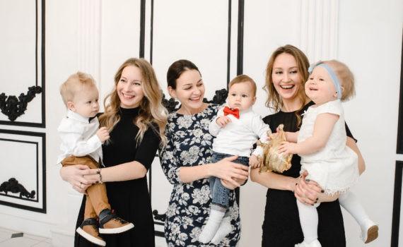 Позы для семейной фотосессии в студии с детьми