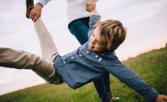 Позы для семейной фотосессии на природе