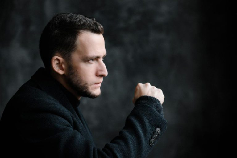 Илья Нодия мужской классический портрет в студии бизнес портрет