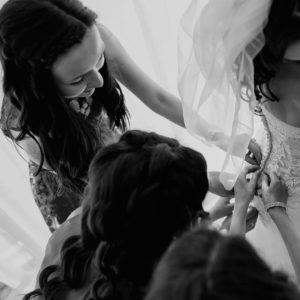 предсвадебная фотосессия, надевание платья