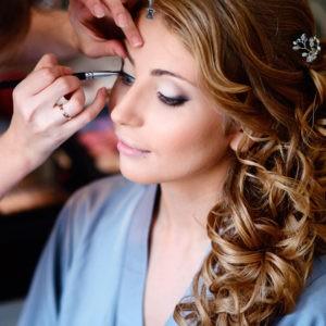 подготовка невесты, нанесение макияжа