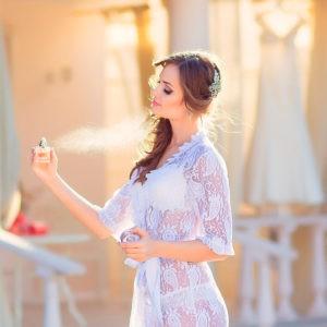 подготовка невесты, нанесение духов