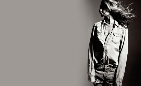 черно-белая фотография девушки
