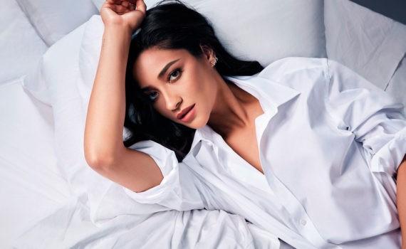 девушка в рубашке на кровати