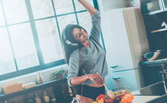 фотосессия девушки на кухне
