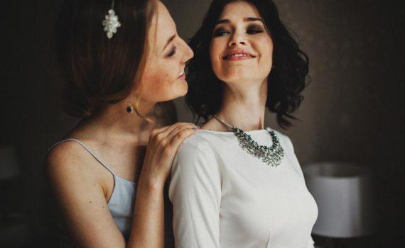 Фотосессия - две сестры, одна из которых выходит замуж