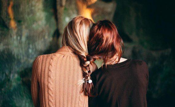Фотосессия двух сестёр - переплетая волосы как судьбы