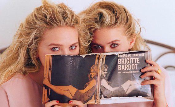 Фотосессия сестёр с альбомом