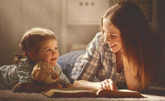 Фотосессия сестёр с книгой