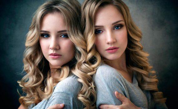 Портретная фотосессия двух сестёр спина к спине