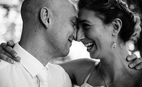 жених и невеста радостные