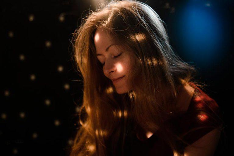 портрет в студии девушки, блики Солнца