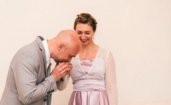 жених целует руку невесте