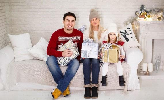 семейная фотосессия в студии с подарками