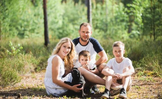 семейная фотосессия дети на переднем плане