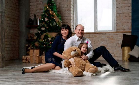 семейное фото с мягкой игрушкой