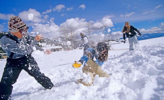 семейная фотосессия, игра в снежки