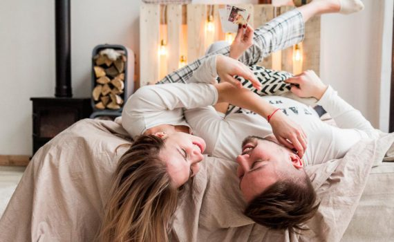 фотосессия пары в пижамах