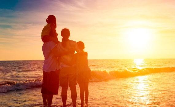 семейная фотосессия, семья смотрит на закат