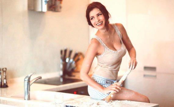 домашняя фотосессия, хозяйственная девушка