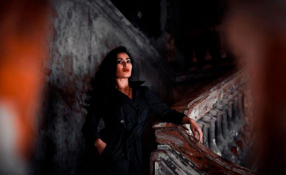 фотосессия девушки в мрачном стиле дома